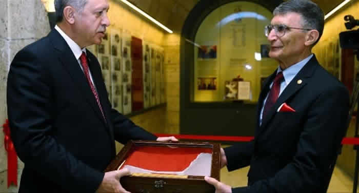 Prof. Dr. Sancar Nobel Kimya Ödülü'nü Anıtkabir'e Armağan Etti