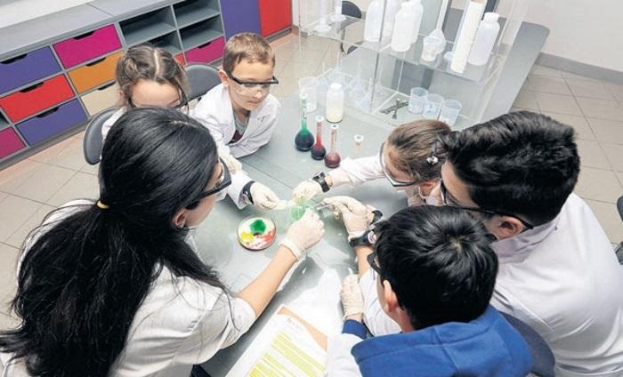 Ak-Kim Çocuklar için Bilim Kimya Laboratuvarı Kurdu