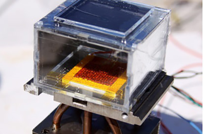 Sadece güneş tarafından desteklenen cihaz sayesinde su, kuru havadan çekilmektedir