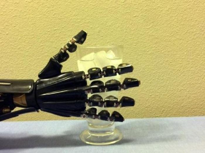 "Yapay ""Deri"", Robotik Ele Dokunma Hissi Veriyor!"
