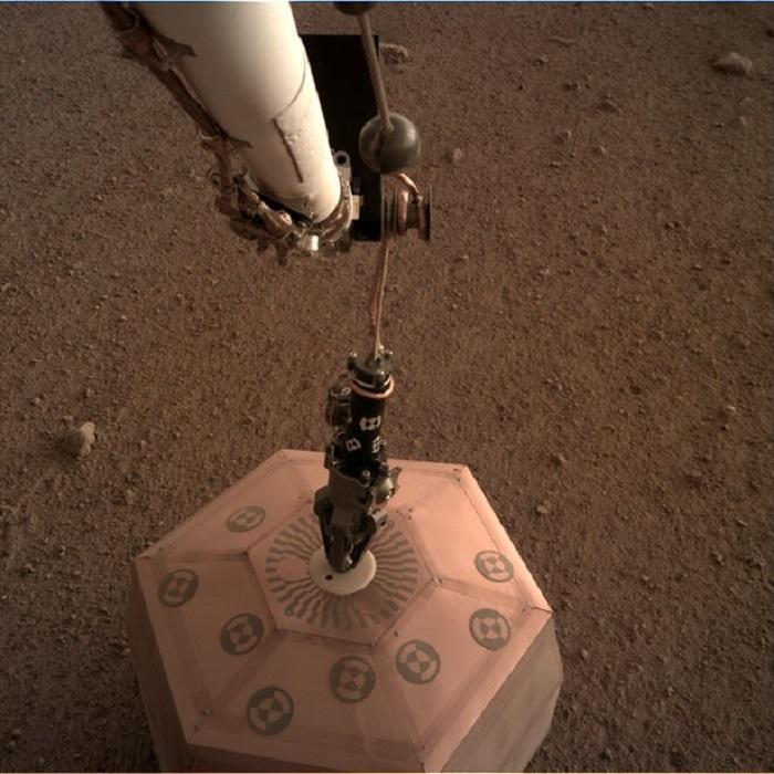 insight lander ana sensorunu mars yuzeyine birakti 1 - Insight Lander Ana Sensörünü Mars Yüzeyine Bıraktı