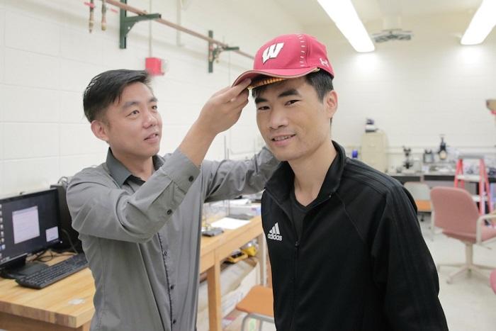 Kendi Kendine Güç Verebilen Minik Saç Büyütme Cihazı Bir Beyzbol Şapkasının Altına Sığabiliyor