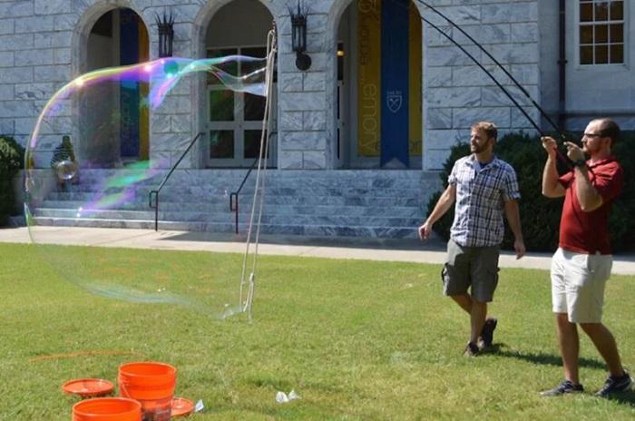 Araştırmacılar, Sabundan Dev Bir Baloncuk Oluşturmak için Gereken Bileşimi Belirlediler