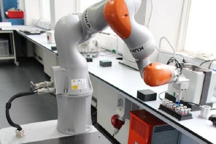 Kimyager gibi Standart Bir Laboratuvarda Çalışabilen Robot Üretildi