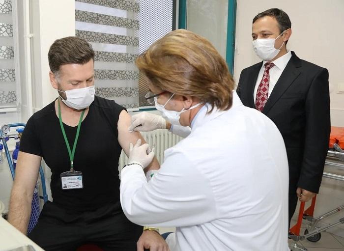 Erciyes Üniversitesi'nin Geliştirdiği COVID-19 Aşı Adayı İlk Kez Bir Gönüllüye Uygulandı